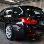 Sort BMW 320 skrå bagende