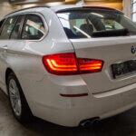 Hvid BMW 520d bagfra